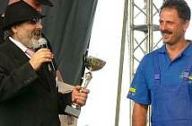 Nagrodę wręcza Zdzisław Lubas