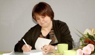 Krystyna Śmigielska podczas podisywania książki