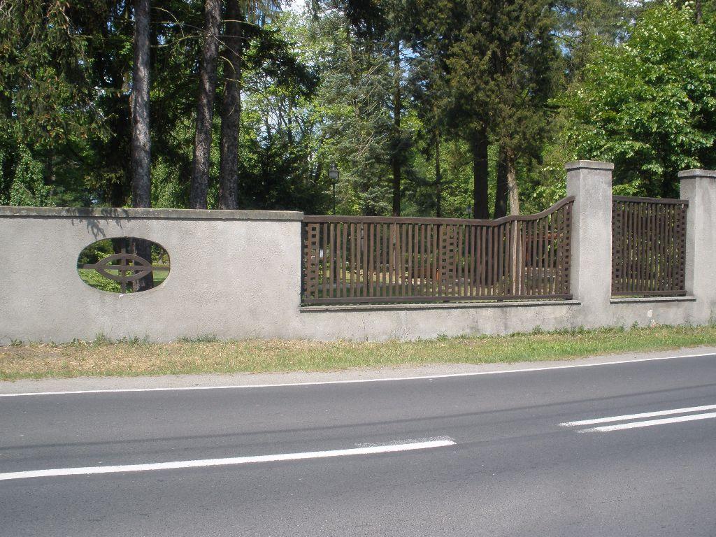 Odnowione ogrodzenie parku