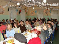 Uczestnicy noworocznego spotkania opłatkowego w gimnazjum