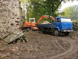 Roboty przy ruinach kościoła